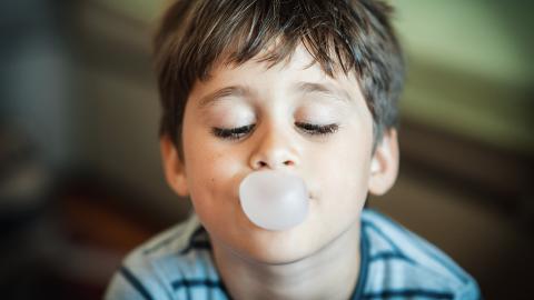 Zweijähriger Junge erleidet Vergiftung wegen eines Kaugummis