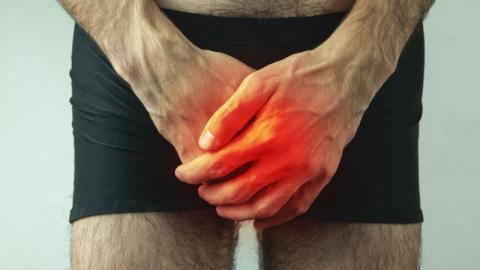 Mann fährt mit Knieschmerzen in die Notaufnahme, doch das Problem befindet sich in seinem Penis