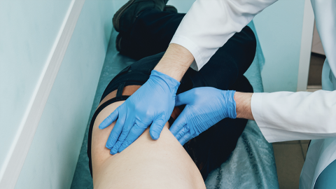 Heftige Fieberschübe: Als Ärzte die Hoden des Patienten sehen, wird ihnen alles klar