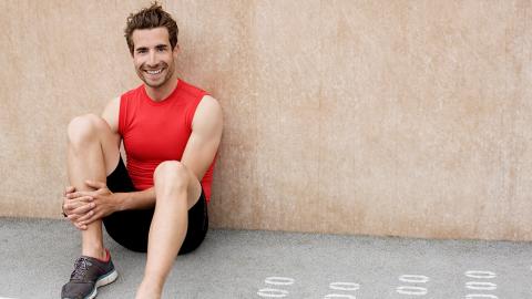 Übungen an der Wand: So könnt ihr Beine und Bauchmuskeln an einer Wand trainieren