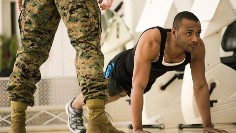 So geht knallhartes Militärtraining für stählerne Muskeln, ganz ohne Material
