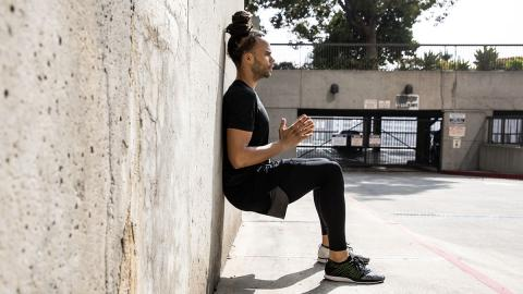 Übungen an der Wand: So trainiert ihr perfekt Beine und Bauchmuskeln