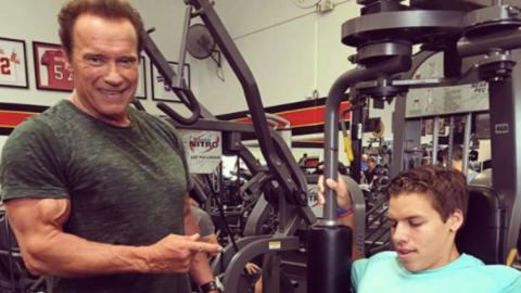Der uneheliche Sohn von Schwarzenegger kopiert seine legendäre Pose!