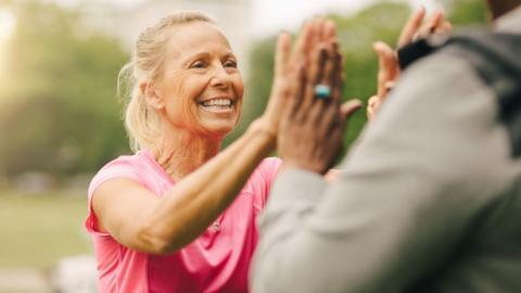 73-jährige Oma ist übergewichtig: Dann verwandelt sie sich in eine Bodybuilderin!