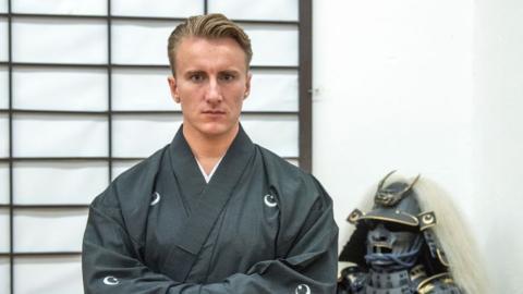 18-jähriger Deutscher reist nach Japan: Dann kehrt er als Kriegsadeliger zurück