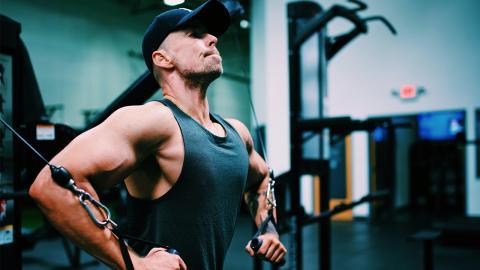 Nur mit Bodyweight: So trainiert ihr euch steinharte Brustmuskeln an