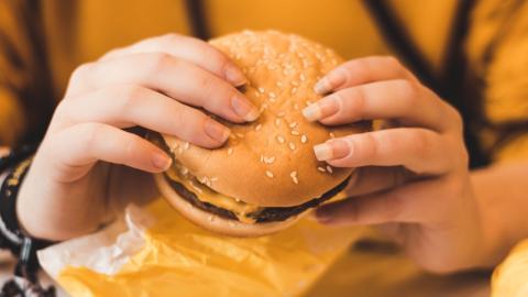 Britin auf dem Weg zur stärksten Frau der Welt stopft sich vor Wettkampf mit McDonald's Essen voll