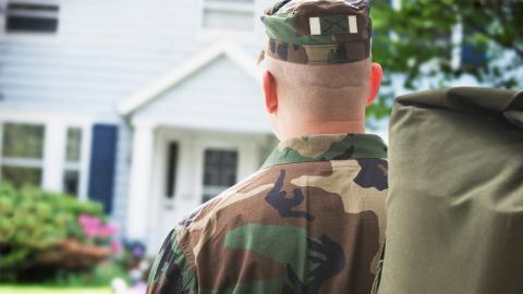 Nach 3 Jahren Auslandseinsatz: Als der Soldat zurückkehrt, ist seine Frau im 7. Monat schwanger!