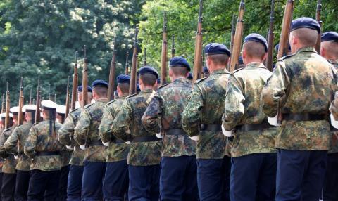 Gesetz zur Rehabilitierung von queeren Bundeswehrangehörigen geht nicht weit genug