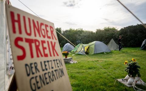 Nächste Runde beim Hungerstreik fürs Klima: Aktivist:innen vor dem Reichstagt wollen bald nichts mehr trinken