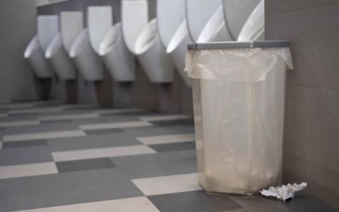 Mülleimer auf Männertoiletten: Ein simpler Antrag der SPD spaltet derzeit die Gemüter