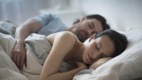 Er schläft neben seiner Freundin ein: Als er am Morgen aufwacht, folgt der Schock