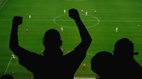 Unbekannte Fußballfans quälen hilfloses Wesen, um Gegner zu verhöhnen