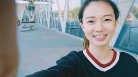 Stalker-Angriff: Die Spiegelungen in ihren Augen auf einem Selfie verraten ihren Wohnort!