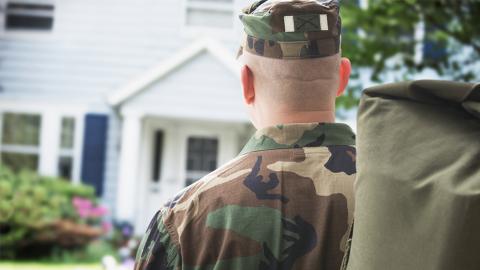 Soldat dient 3 Jahre lang im Ausland: Als er zurückkehrt, ist seine Frau im 7. Monat schwanger!