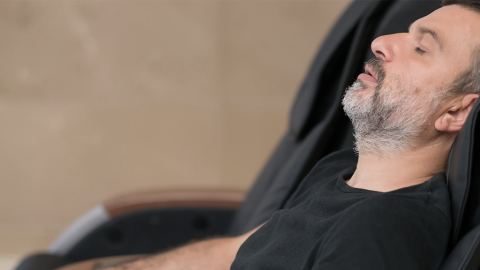 Mann schläft im Kaufhaus ein und wird eingesperrt, doch er hat eine geniale Idee, um sich zu helfen
