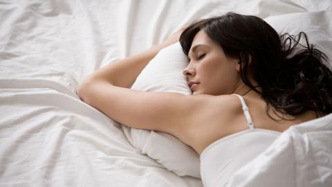 Sie schläft nur 4 Stunden pro Nacht: Die gesundheitlichen Folgen sind enorm