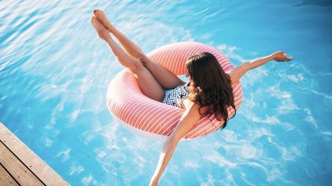 Junge Frau aus Schwimmbad geworfen: Ihre Reaktion geht viral!