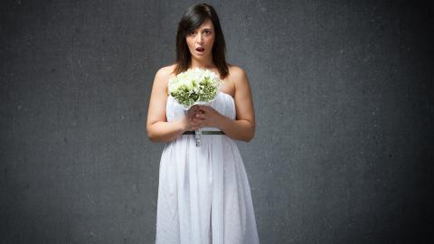 Braut traut ihren Augen nicht: Auf ihrer Hochzeit trägt noch jemand ihr Kleid