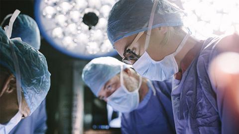 Mann will Schönheits-OP, doch die Ärzt:innen setzen an falscher Körperstelle an