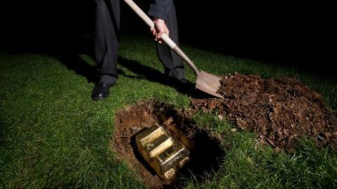 Paar entdeckt 28 Goldbarren im Garten, dann meldet sich das Finanzamt