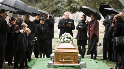 'Lasst mich hier raus!': Mann erlaubt sich einen Scherz auf seiner eigenen Beerdigung