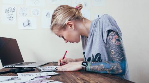 Sie will ihr Tattoo entfernen, doch die Creme hat einen anderen Effekt
