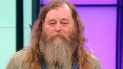 Mann rasiert Bart ab: Seine Frau erkennt ihn nicht wieder