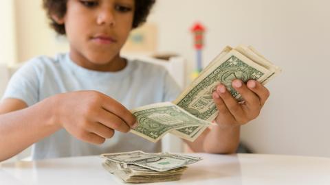 Junge bekommt Geld für Spielzeug: Was er stattdessen damit macht, ist herzzerreißend!