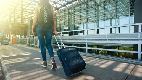 """""""Unanständiges Outfit"""": Reisende muss sich bedecken, bevor sie das Flugzeug betritt (Foto)"""