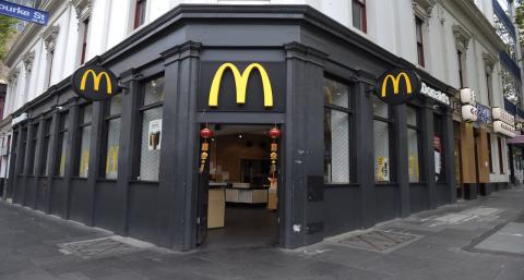 Grenze eindeutig überschritten: Kind schikaniert McDonald's-Mitarbeiter auf entsetzliche Weise