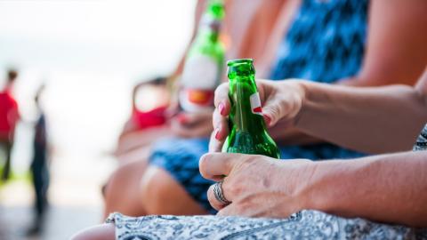90-jährige Rentnerin trinkt jeden Tag 20 Bier, weil ihr Arzt das sagt