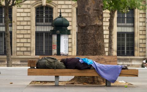 Obdachloser entdeckt sich in der Zeitung: Dann bekommt er 40.000 Euro
