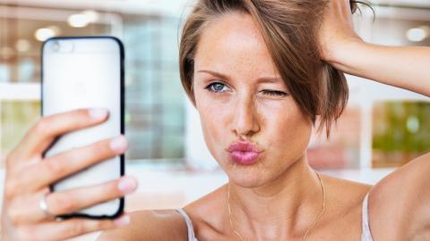 Frau schickt intimes Foto an die falsche Nummer und erhält eine unerwartete Antwort