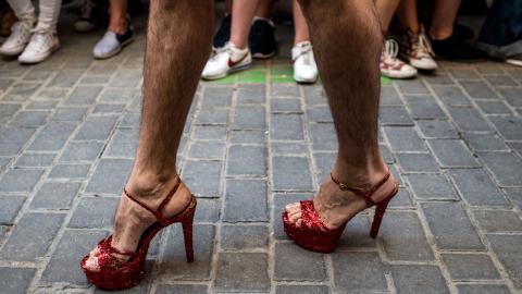 Neue Männlichkeit: Familienvater trägt Röcke und High Heels