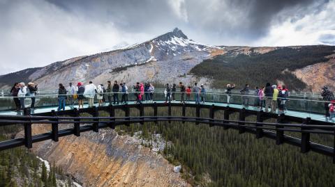 Glasbrücke in China bricht ein: Tourist muss gerettet werden