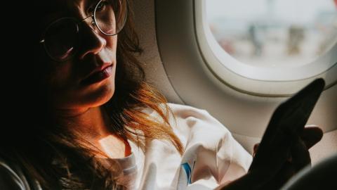Notlandung und FBI-Einsatz: Frau rastet im Flugzeug komplett wegen Handy aus