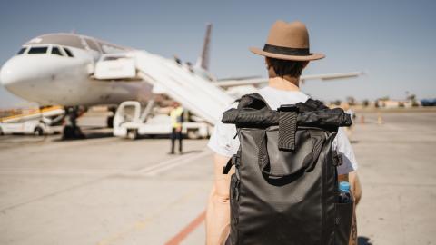 Blinder Passagier: Mann fliegt ohne seines Wissens mit Schlange im Rucksack und bringt sich in große Gefahr