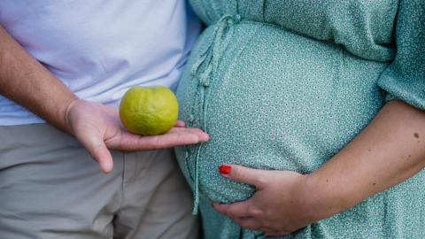 Frau besser verstehen lernen: Mann versucht einen Tag lang schwanger zu sein