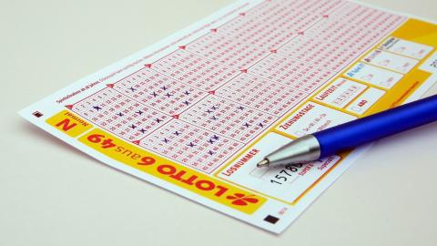 Paar gewinnt fast eine Million mit identischen Lottoscheinen