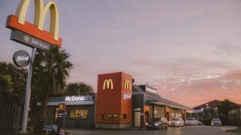Statt auf dem Teller im McDrive: McDonald's Kundin traut ihren Augen nicht, als sie dieses Tier entdeckt