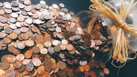 Mann sammelt 45 Jahre lang Centstücke: Als er damit zur Bank geht, folgt eine Riesenüberraschung