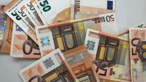 Frau findet 10.000 Euro, ein Jahr später fällt das Urteil
