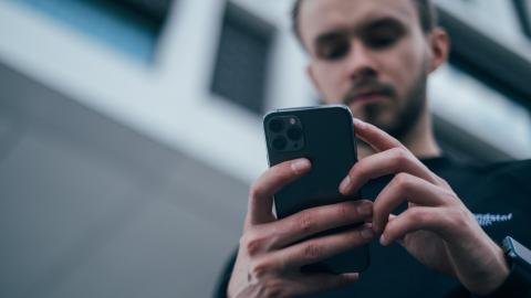 Heftige Bauchschmerzen: Arzt entfernt 11 Jahre altes Handy aus dem Magen eines Mannes
