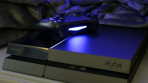 Playstation 4: Mann entsetzt, als er seine Spielkonsole reinigen will