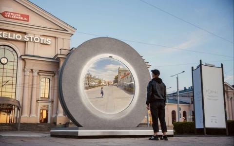 Ein Portal verbindet zwei Städte miteinander, die 600 km voneinander entfernt liegen