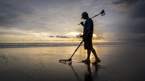 Fund seines Lebens: Mann findet stinkenden Brocken am Strand, der ihn reich macht!