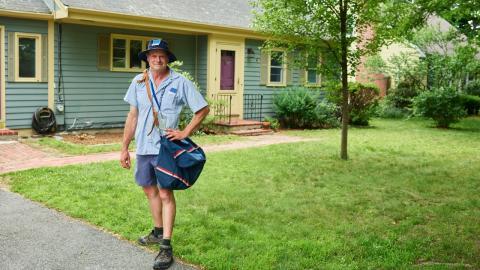 Unerwarteter Besuch: Postbote trifft am Briefkasten auf riesige Schlange (FOTO)