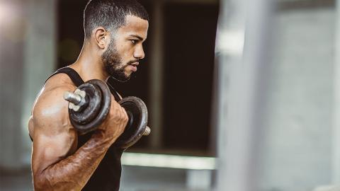 Trizeps nicht vergessen: Dieses Hanteltraining sorgt für eine ausgeglichene Armmuskulatur
