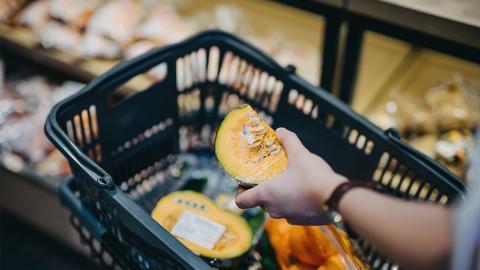 Statt Plastik: Essbare Schutzhülle soll Früchte im Supermarkt schützen